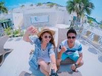 エーゲ海に浮かぶサントリーニ島と似た景色が楽しめる沖縄県豊見城市「ウミカジテラス」=SNAPLACE提供