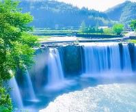 雄大な滝を楽しめる大分県豊後大野市「原尻の滝」=SNAPLACE提供