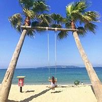 青い海を見渡せる場所にある福岡県糸島市の「椰子の木ブランコ」=SNAPLACE提供