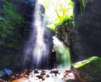 幻想的な滝の風景が魅力の栃木県那須塩原市「スッカン沢」=SNAPLACE提供