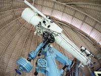 1927年にイギリスから輸入された屈折望遠鏡。今も観望会で使われている=京都市山科区で、玉木達也撮影