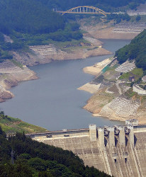 The Takizawa Dam in the Saitama Prefecture city of Chichibu, where the water level has declined considerably, is pictured in this photo taken from a Mainichi Shimbun helicopter on July 22, 2017. (Mainichi)