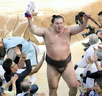 Hakuho responds to fans' cheers as he leaves the ring after winning against ozeki Takayasu at the Nagoya Grand Sumo Tournament on July 21, 2017. This was Hakuho's 1,048th win, making him the lone record holder for most career wins. (Mainichi)