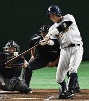 【さいたま市(日本通運)―大垣市(西濃運輸)】三回裏さいたま市無死、木南が先制の左越え本塁打を放つ=東京ドームで2017年7月23日、平川義之撮影