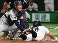 【さいたま市(日本通運)―大垣市(西濃運輸)】三回裏さいたま市2死二塁、内藤の内野安打で二塁から手銭が本塁を狙うがタッチアウト(捕手・松本)=東京ドームで2017年7月23日、森園道子撮影