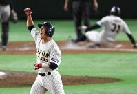 【さいたま市(日本通運)―大垣市(西濃運輸)】八回裏さいたま市1死二塁、適時二塁打を放ち、拳を突き上げる北川(左)=東京ドームで2017年7月23日、平川義之撮影