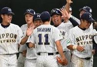 【さいたま市(日本通運)―大垣市(西濃運輸)】大垣市に完封勝利した高山(中央)を祝福するさいたま市の選手たち=東京ドームで2017年7月23日、森園道子撮影