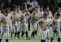 【さいたま市(日本通運)―大垣市(西濃運輸)】さいたま市に敗れ、応援席へあいさつに向かう大垣市の選手たち=東京ドームで2017年7月23日、平川義之撮影