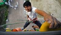 高さ15.7メートルを登り切り、笑顔を見せる=大阪府枚方市禁野本町の常翔啓光学園中学高校で、猪飼健史撮影