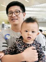 潘世安ちゃんと潘典志さん=香港国際空港で2017年6月29日午後、福岡静哉撮影