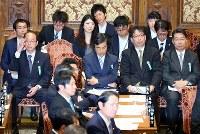 衆院予算委員会で、席に座る和泉洋人首相補佐官(中央左端)と前川喜平・前文部科学事務次官(同右端)=国会内で2017年7月24日午前10時50分、小川昌宏撮影
