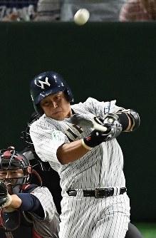 【さいたま市(日本通運)―横浜市(三菱日立パワーシステムズ)】一回裏さいたま市2死一、三塁、関本が先制の左越え3点本塁打を放つ=東京ドームで2017年7月24日、渡部直樹撮影