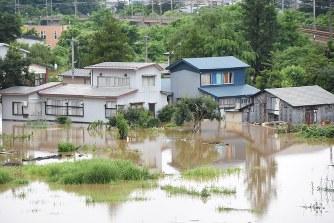 秋田大雨:雄物川が氾濫 4市町2...
