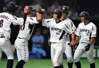 【三菱日立パワーシステムズ(横浜市)-JR西日本(広島市)】五回表三菱日立パワーシステムズ1死満塁、満塁本塁打を放ち、ナインの祝福を受ける若林(左から3人目)=東京ドームで2017年7月23日、渡部直樹撮影