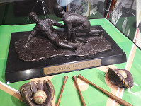 日本高野連から田村木国に贈られたブロンズ像=和歌山市本町2のわかやまスポーツ伝承館で、矢倉健次撮影