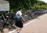 JRの駅前に設置された公共駐輪場=東京都内で