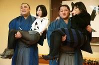 2014年に日本相撲協会が開いた「関取にお姫様抱っこ」の企画に参加した遠藤(右)と隠岐の海。スマートフォンの普及と重なり、女性らファン拡大に成功した=宮間俊樹撮影