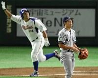 【東京都(NTT東日本)―さいたま市(日本通運)】二回表東京都無死一塁、越前(奥)に逆転2点本塁打を打たれ、打球の行方を追うさいたま市先発の高山=東京ドームで2017年7月25日、渡部直樹撮影