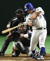 【東京都(NTT東日本)―さいたま市(日本通運)】五回表東京都無死、加藤が同点の左越え本塁打を放つ=東京ドームで2017年7月25日、渡部直樹撮影
