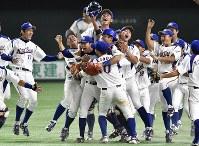 【東京都(NTT東日本)―さいたま市(日本通運)】36年ぶり2度目の優勝を決め喜ぶ東京都の選手たち=東京ドームで2017年7月25日、藤井達也撮影