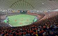 【東京都(NTT東日本)―さいたま市(日本通運)】大勢の観客が訪れた第88回都市対抗野球大会の決勝戦=東京ドームで2017年7月25日、西本勝撮影
