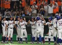 【東京都(NTT東日本)―さいたま市(日本通運)】七回表東京都2死一、二塁、勝ち越しの3点本塁打を放ちベンチ前で祝福を受ける下川=東京ドームで2017年7月25日、森園道子撮影