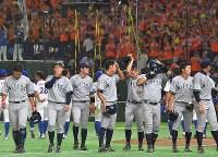 【東京都(NTT東日本)―さいたま市(日本通運)】NTT東日本に敗れ、スタンドにあいさつに向かう日本通運の選手たち=東京ドームで2017年7月25日、森園道子撮影