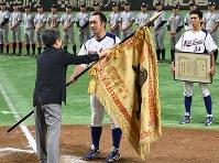 【東京都(NTT東日本)―さいたま市(日本通運)】黒獅子旗を受け取る東京都の越前一樹選手(中央)=東京ドームで2017年7月25日、平川義之撮影