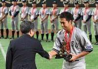 【東京都(NTT東日本)―さいたま市(日本通運)】久慈賞を受賞したさいたま市(日本通運)の北川利生選手=東京ドームで2017年7月25日、平川義之撮影