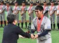【東京都(NTT東日本)―さいたま市(日本通運)】小野賞を受賞したさいたま市(日本通運)の阿部良亮選手=東京ドームで2017年7月25日、平川義之撮影