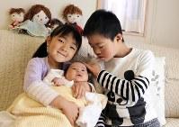 富永幹さん(9) 「お兄ちゃんだよ」。妹の菜桜ちゃん(5)、里穂ちゃん(5カ月)と一緒に=父の岳さん提供