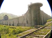 平安南道にある三登(サムドゥン)刑務所の外景。収監者はセメント工場で働かされるという=2009年8月、チャン・ジョンギル氏撮影