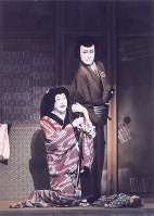 薩摩源五兵衛(片岡仁左衛門)は、入れあげた芸者・小万(時蔵)とその亭主・三五郎(染五郎)に金を巻き上げられ、怒りから殺人鬼と化す=松竹提供