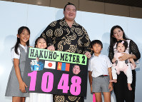After breaking the record for most career wins at 1,048, yokozuna Hakuho and his family pose for pictures at Aichi Prefectural Gymnasium on July 21, 2017. (Mainichi)