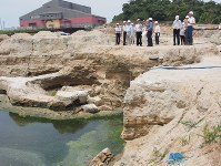 地下水のたまった「つぼ掘り」跡の穴=香川県土庄町・豊島で6月18日、植松晃一撮影