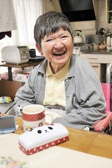 野島久美子さん(59) パンダが大好きな野島さん。30年近く1人暮らしをする自宅にはパンダグッズがいくつもある=西田真季子撮影