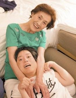 伊藤まゆみさん(49) 「まゆみは命の大切さを発信しています。こんなに頑張って生きているよって。世の中の役に立っていないことはないんです」=母の光子さん提供