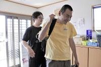 深山一郎さん(43) 今日も通所事業所に出勤。「行ってきます!」=塩田彩撮影