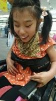 向野唯さん(11) 「車椅子の自走が好き」=母のりささん提供