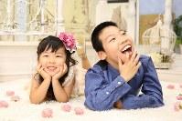柱山慶侍さん(10)=右 「みんなと仲良くしたい」=母の真子さん提供