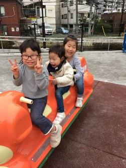 梁川希(やながわのぞみ)ちゃん(4) 「希(中央)が普通の子と同じことができなくたって、とにかく楽しく笑顔で生き抜きたい!!」=母の久美さん提供