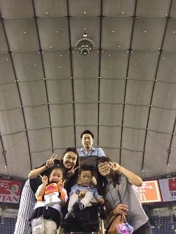 馬場徠朱(らいじゅ)さん(8)=前列中央 「笑顔を絶やさず、家族みんなで支えています」=母の衣久美さん提供