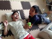 彦田舟瑛(しゅうえい)さん(12)=左 「言葉では伝えきれないほど愛してます。最高の幸せをありがとう」=母の祥子さん提供