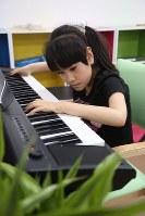 佐藤杏樹さん(10) 「てんかん発作と闘っています。音楽が大好きです」=母の真由美さん提供