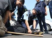 犯人役を取り押さえる県警の機動警察隊員ら=宇都宮市野沢町の県警機動センターで