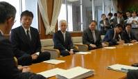 桜井市長の考えを聞く小早川社長(左から2人目)ら東電幹部=柏崎市役所で