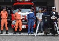 鴨谷さん(右端)が操縦するドローンが映し出す映像を真剣に見つめる宇城広域連合消防本部の署員