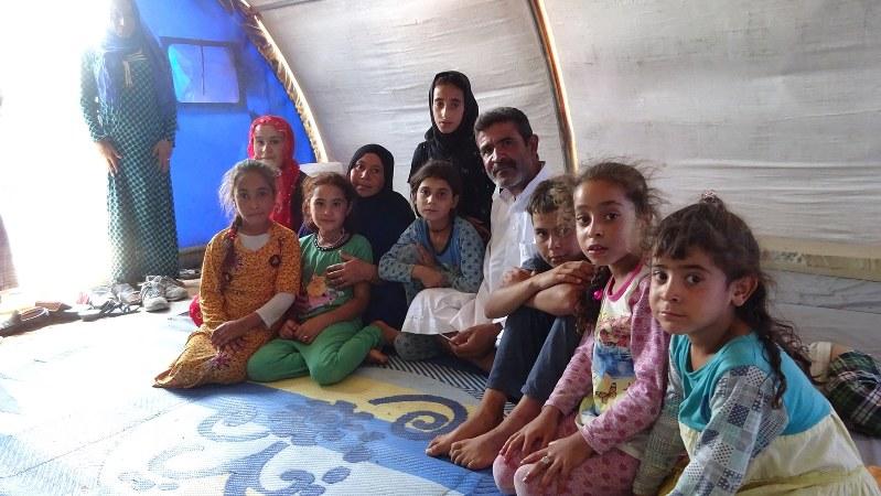 イラクのモスルを3月に脱出し、避難民テントで暮らす人々=2017年7月1日、篠田航一撮影