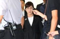 閣議後に辞表を提出し、首相官邸を後にする稲田朋美防衛相=2017年7月28日午前10時27分、宮武祐希撮影