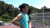 """<プロフィル>山県亮太(やまがた・りょうた) 1992年広島生まれ。幼い頃の夢はプロ野球選手だったが、小学校4年生の時に兄の影響で陸上を始める。慶應大学在学中の2012年ロンドン五輪に出場し、当時の日本人五輪記録となる10秒07をマーク。2016年リオ五輪日本男子400メートルリレーの第一走者として活躍し銀メダルを獲得する。大舞台で結果を出すメンタルの強さには定評があるが、彼をよく知る友人に言わせれば陸上以外は""""おっちょこちょい""""。取材中も携帯や財布が行方不明になるのがおなじみの光景だったとか。イケメン選手と騒がれるが当の本人は「テレビに映る自分の姿が大嫌い」。取材ディレクターいわく「つらいシーズン中の密着取材だったにも関わらずどんな時でも礼儀正しい好青年でした」。25歳。"""